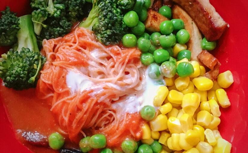 Reisnudeln in Tomaten-Kokos-Soße